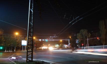 Перекресток Жамбыла и Толе би ночью