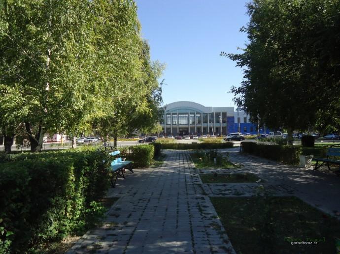 Железнодорожный вокзал с аллеи