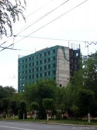 Недостроенное здание по ул. Толе би