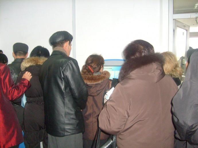 Очередь у терминалов в Казахтелекоме