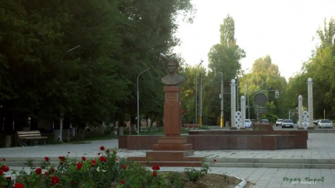 Бюст Халық Қаһарманы Газиза Байтасова