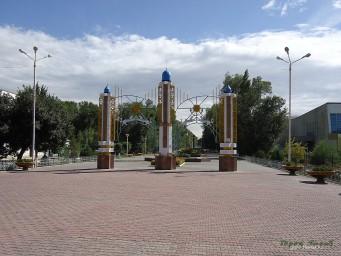 Арка перед аллеей по ул. Желтоксан