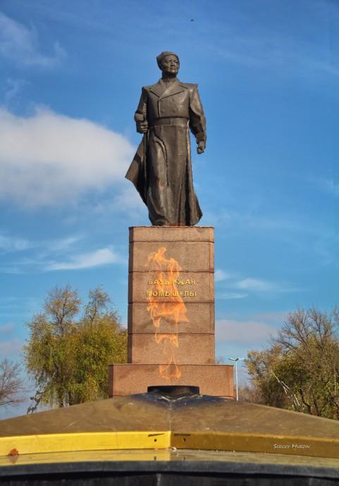 Вечный огонь и памятник Бауржану Момышулы в парке Женис (парк Победы)