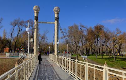 """Обновлённый мост ведущий в парк """"Женис"""""""